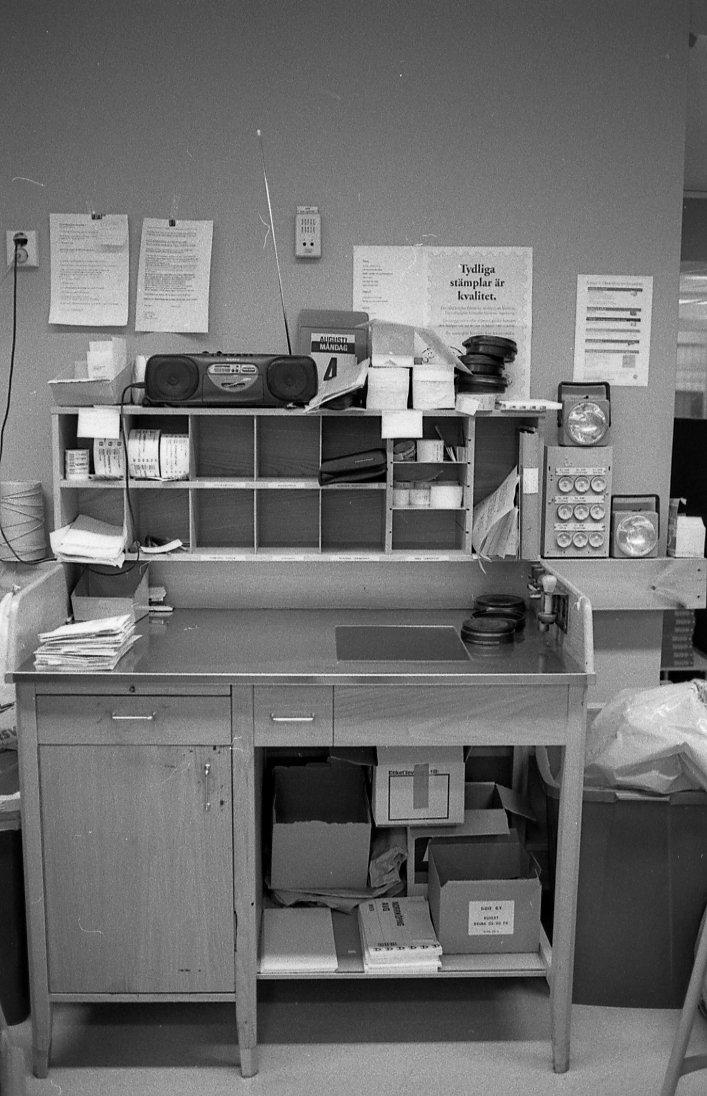 Ett stämpelbord av trä för brevstämpling på en postanstalt. Tillhör en dokumentation av en lantbrevbärare i trakten av Valdermarsvik av fotograf Ove Kaneberg.
