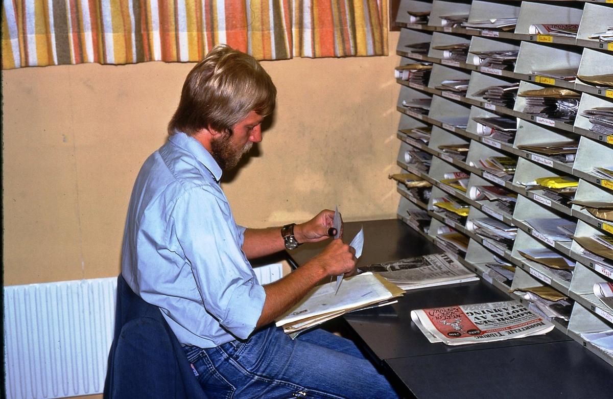 Mikael Mattsson sitter vid sorteringsfacken på brevbärarexpeditionen Olsborgsvägen i Vallentuna.