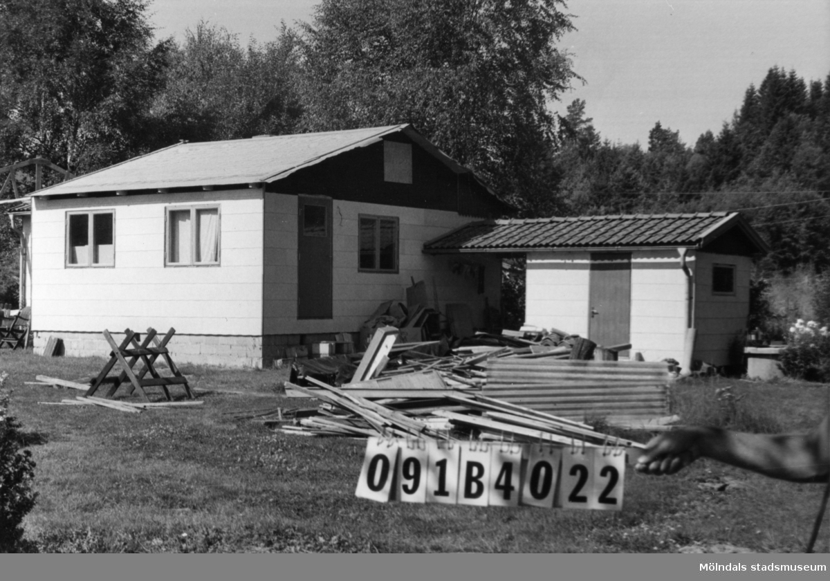 Byggnadsinventering i Lindome 1968. Almekärr 2:2. Hus nr: 091B4022. Benämning: fritidshus och redskapsbod. Kvalitet: god. Material: eternit. Övrigt: taket höjes och huset bygges till. Tillfartsväg: framkomlig.