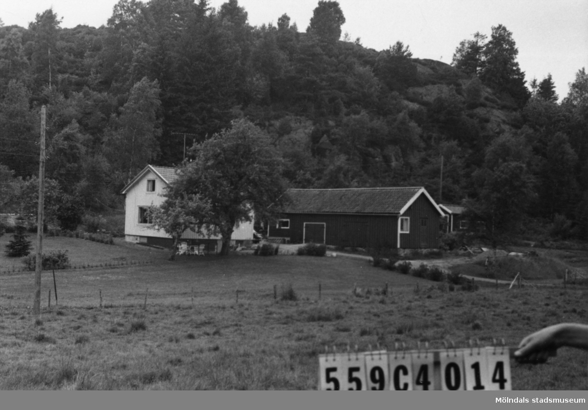 Byggnadsinventering i Lindome 1968. Gastorp 2:23. Hus nr: 559D3013. Benämning: permanent bostad, gäststuga och ladugård. Kvalitet: god. Material: trä. Tillfartsväg: framkomlig.