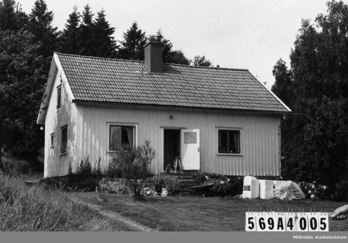 Byggnadsinventering i Lindome 1968. Skäggered 3:25. Hus nr: 569A4005. Benämning: permanent bostad, ladugård och redskapsbod. Kvalitet, bostadshus: god. Kvalitet, övriga: mindre god. Material, bostadshus och ladugård: trä. Material, redskapsbod: sten. Övrigt: ska tydligen lägga på tegel. Tillfartsväg: framkomlig. Renhållning: soptömning.