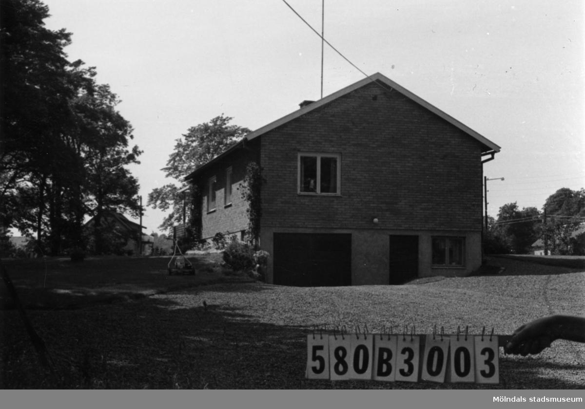 Byggnadsinventering i Lindome 1968. Knipered 4:22. Hus nr: 580B3003. Benämning: permanent bostad. Kvalitet: mycket god. Material: gult tegel, trä. Tillfartsväg: framkomlig. Renhållning: soptömning.