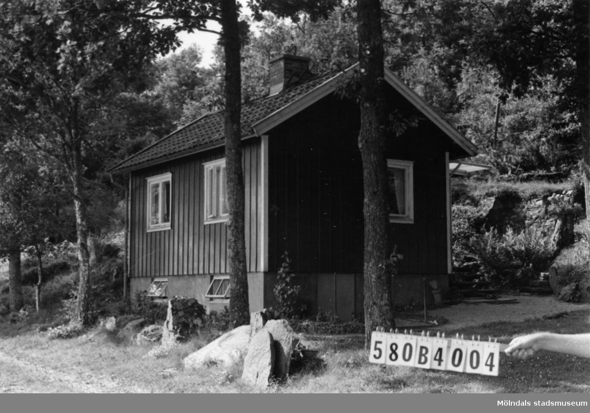 Byggnadsinventering i Lindome 1968. Knipered 2:12. Hus nr: 580B4004. Ligger på 2:12. Benämning: fritidshus. Kvalitet: mycket god. Material: trä. Tillfartsväg: framkomlig.