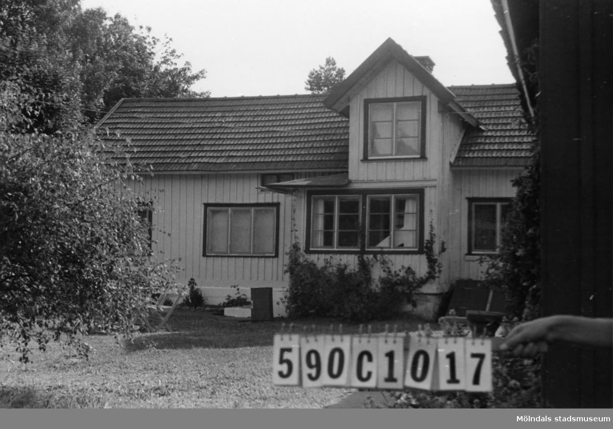 Byggnadsinventering i Lindome 1968. Hällesåker 1:18. Hus nr: 590C1017. Benämning: fritidshus, gäststuga, garage och lekstuga. Kvalitet, bostadshus och gäststuga: god. Kvalitet, övriga: dålig. Material: trä. Övrigt: gäststugan är en inredd ladugård. Tillfartsväg: framkomlig. Renhållning: soptömning.