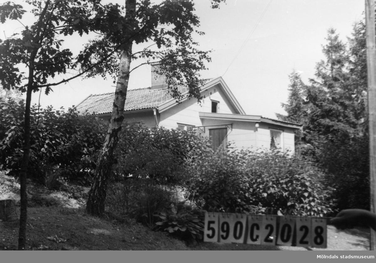 Byggnadsinventering i Lindome 1968. Hällesåker 3:36. Hus nr: 590C2028. Benämning: fritidshus, gäststuga och redskapsbod. Kvalitet, bostadshus: mycket god. Kvalitet, gäststuga: god. Kvalitet, redskapsbod: dålig. Material, bostadshus: eternit. Material, övriga: trä. Tillfartsväg: framkomlig. Renhållning: soptömning.