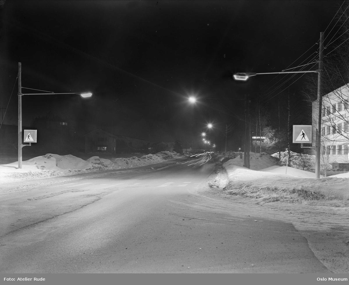 vei, gatebelysning, biler, trafikkskilt, fabrikkbygning, snø, nattemørke