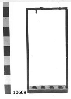 Består av två sidostycken, förenade upptill och nertill med tvärstycken, i vilka det finns uttag för karbinstock och kolv. På övre tvärstycket rörliga beslag av mässing för fastlåsning av karbinen. Plats för fem karbiner.