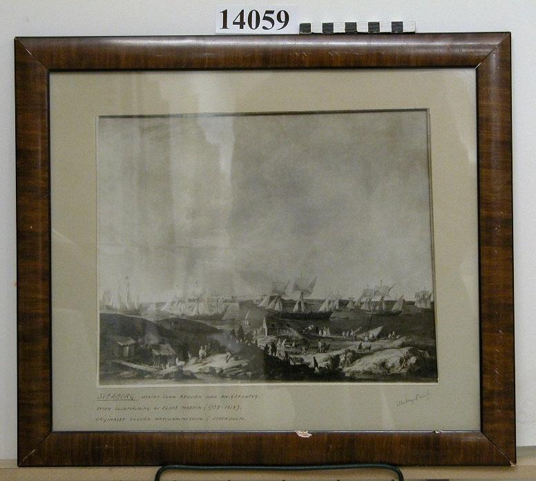 Fotografi inom glas och ram. Utsikt över redden i Sveaborg med krigsfartyg, fotografi (äldre nr Ä 32)