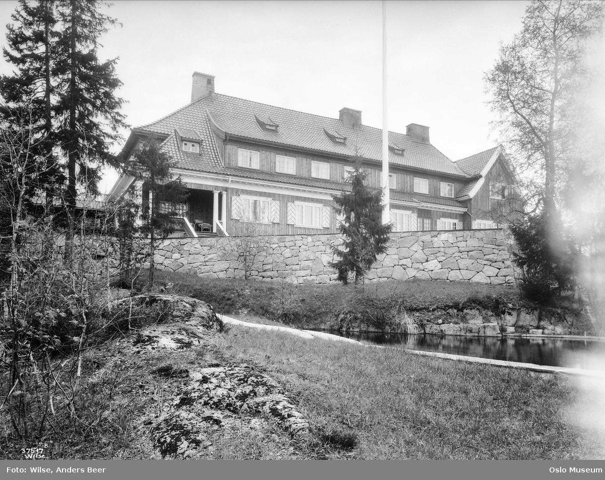 villa Voksenhus, hage, mur, dam, skog