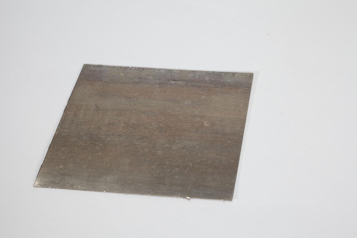 En rektangulær metallplate.