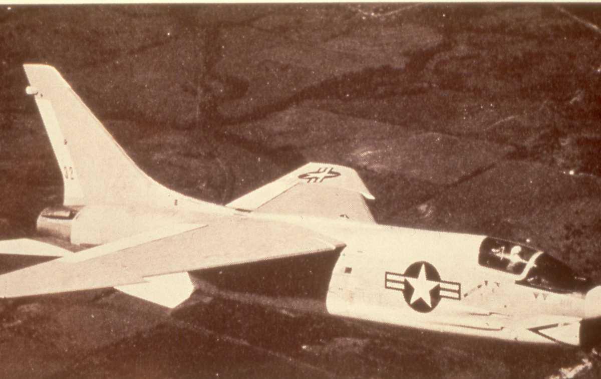 Amerikansk fly av typen F-8 Crusader (originalt F-8U), men nr. 32.