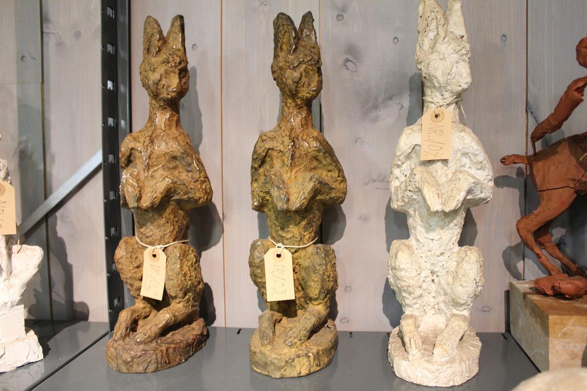 En skulptur i bronse av en hare sittende på to. Se også nr. 102 og nr. 104.