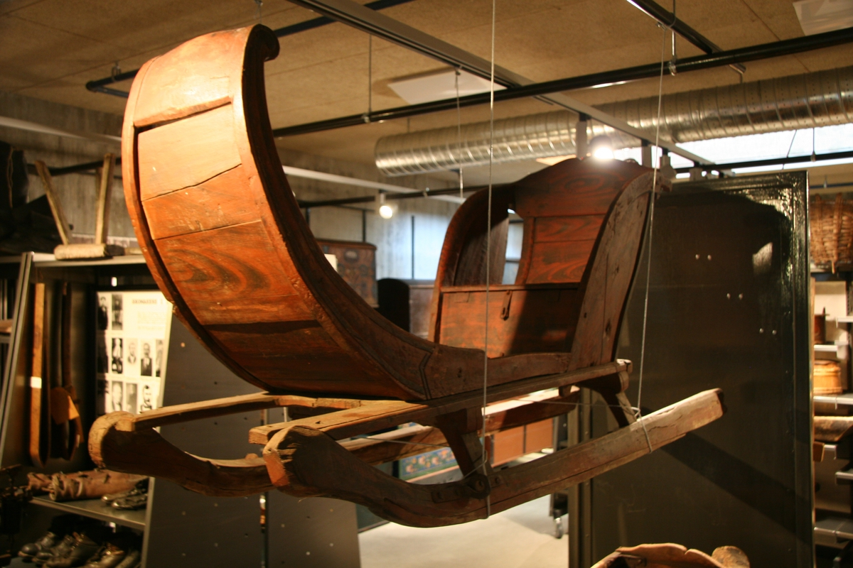 Selve sleden består av to meier hvor en slede er plassert ovenpå. Denne går framme opp i en krøll, og har bak en benk, som i setet har et lite rom. To håndtak finnes bakerst.