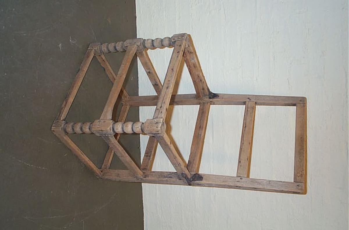 1 stol.  Defekt stol av ask. Sæte mangler. Begge fremben er dreiet med kuleavsatser, stolen forøvrig sammensat av firkantet tilhøvlete stykker. Gave fra Bjørn Fjærestad, Balestrand.