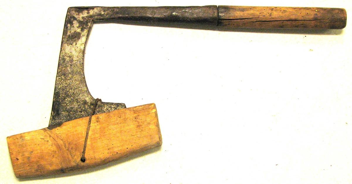 1 falbile.  Har været benyttet som baatbyggerredskap. Er av vanlig type med 21,5 cm langt skaft. Over eggen en varehylse av træ. Gave fra Lasse R. Hellebø, Lavik.