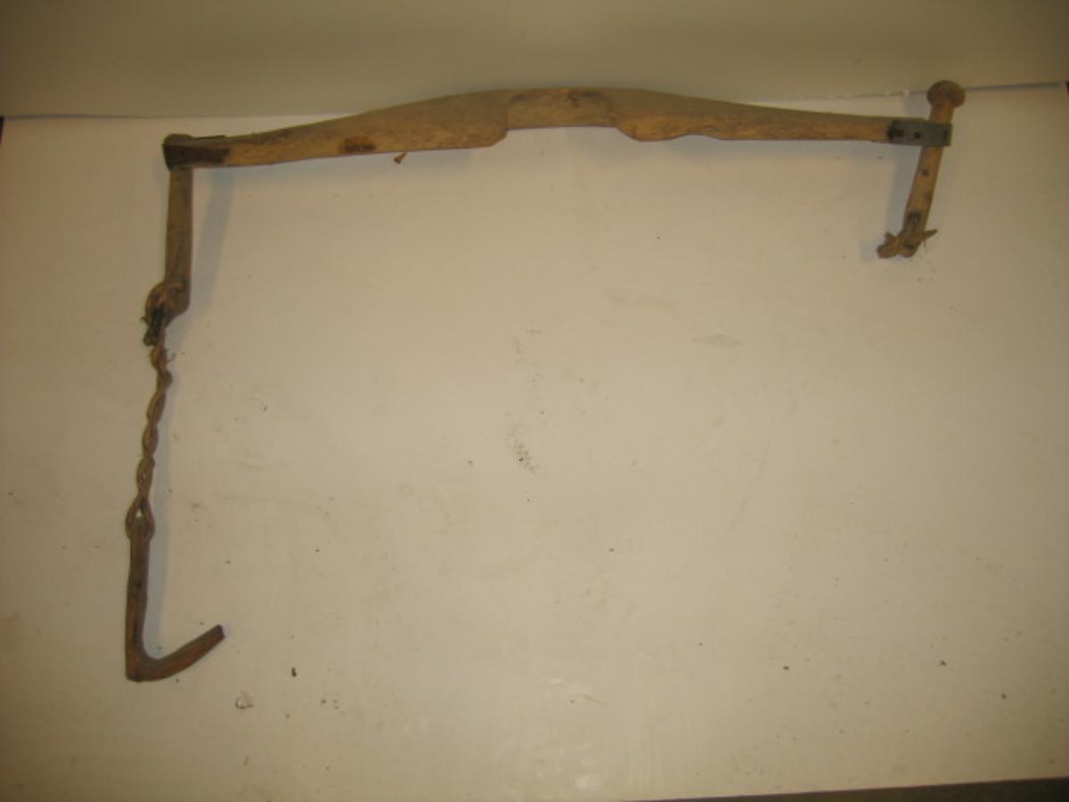 1 vassæle.  En vassæle av gammel type.Bæreaaget der er 97 cm lang, har i enderne runde huller, nu ved slitage beslaaet med jernblik. Gjennem denne gaar en 21,5 cm lang træpind, rund, med hode i øvre ende. Gjennem et hull i træpindernes nedre ende gaar en vidje, til hvilken en krok av ener er festet. Kjøpt av Andrea Sandnes, Jølster.