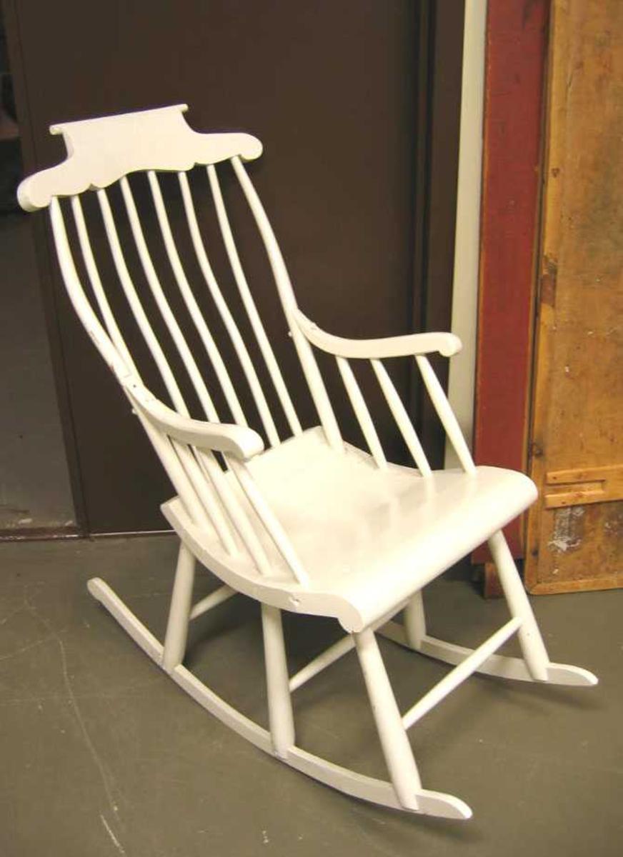 Form: 5 spiler i rygg Stolen er laga av ein lokal snikkar frå Veitestrand omkring 1900  -  etter informasjon frå givar.