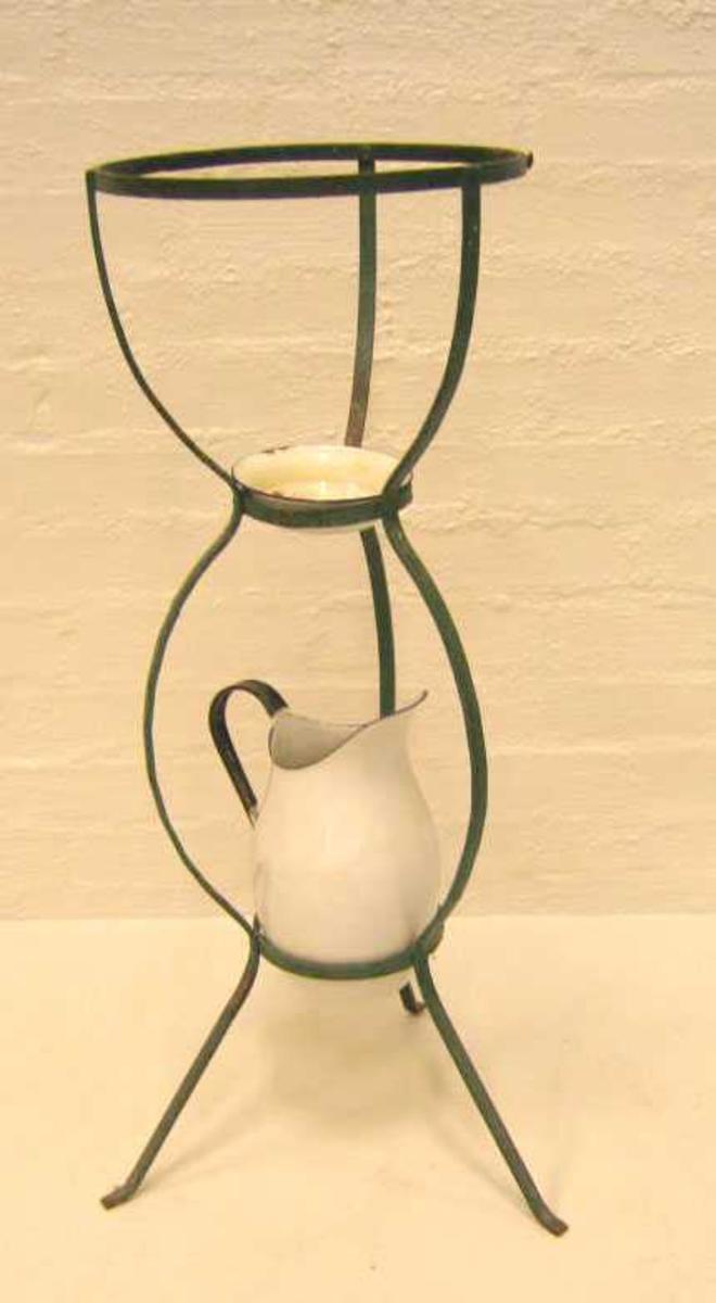 Form: Jarnstativ med mugge og såpekopp