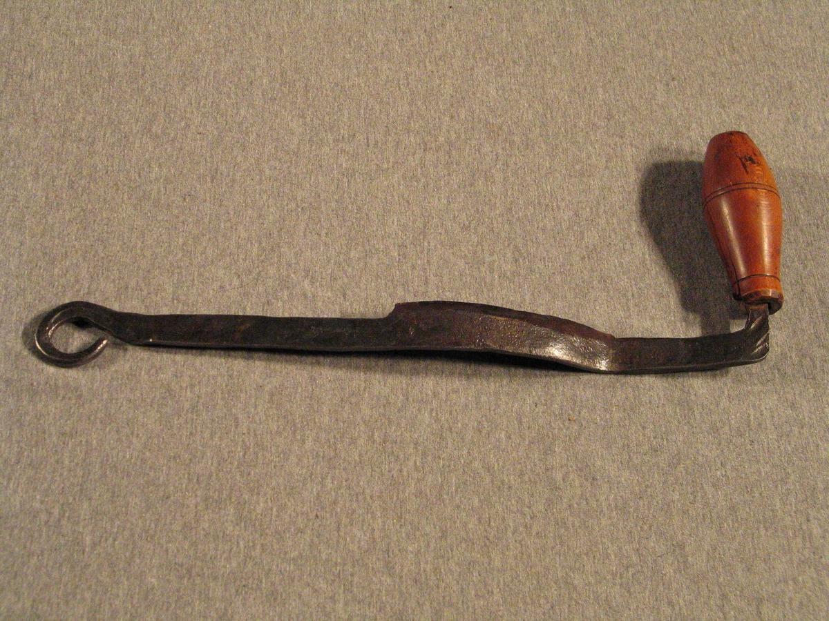 Avrunda egg på jernet med tverrstilt handtak i eine enden og smidd ring i den andre.