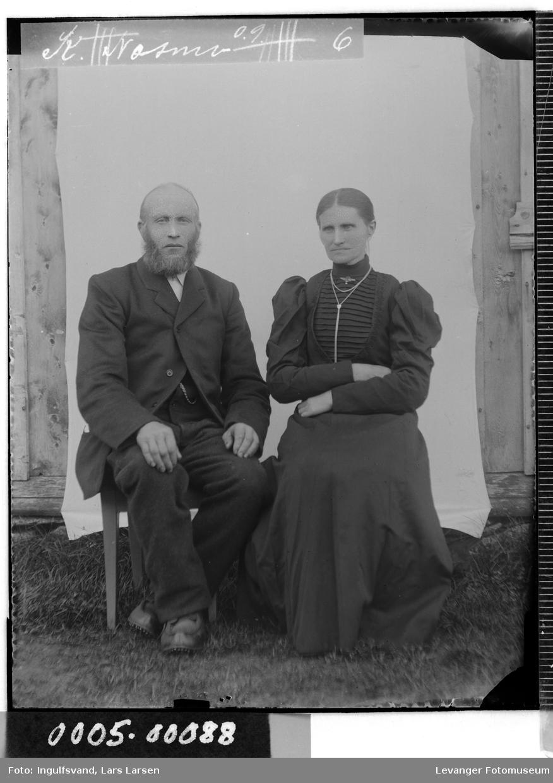 Portrett av eldre mann og kvinne.