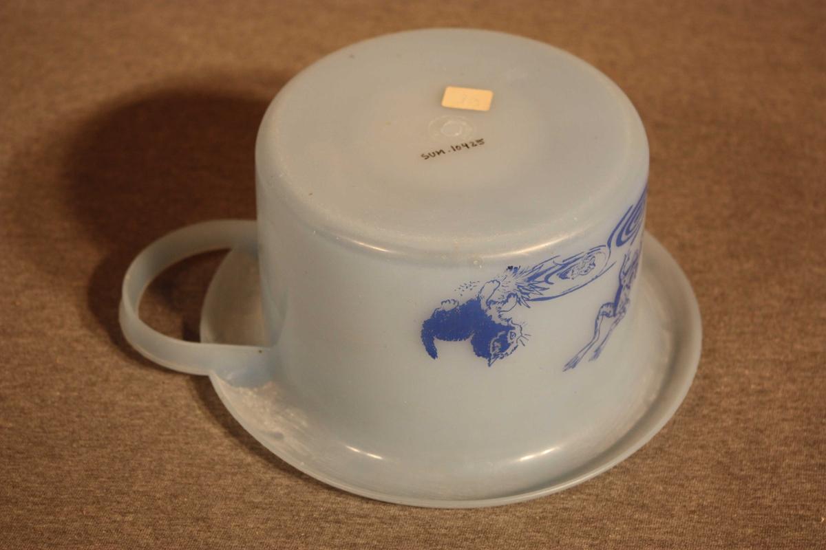 """Rund potte med """"rullekant"""", handtak på tvers. Eine halvdelen dekorert med teikning av ein kattunge som betraktar to froskar i vatn"""