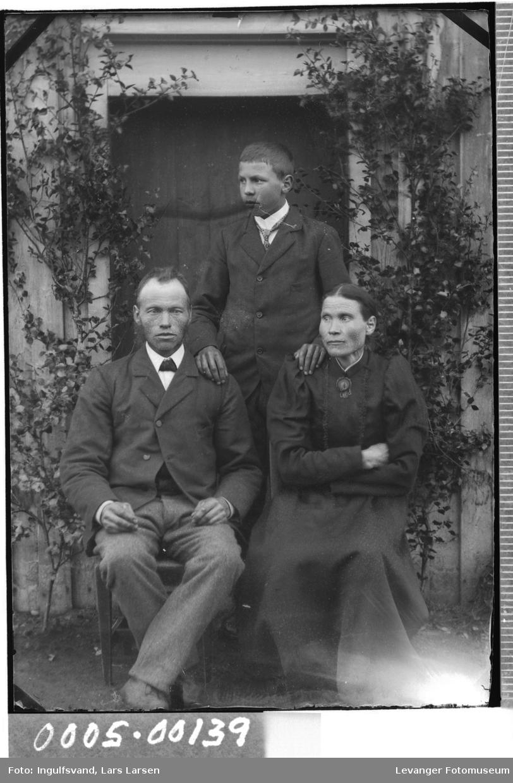 Gruppebilde av mann, kvinne og en yngre mann.