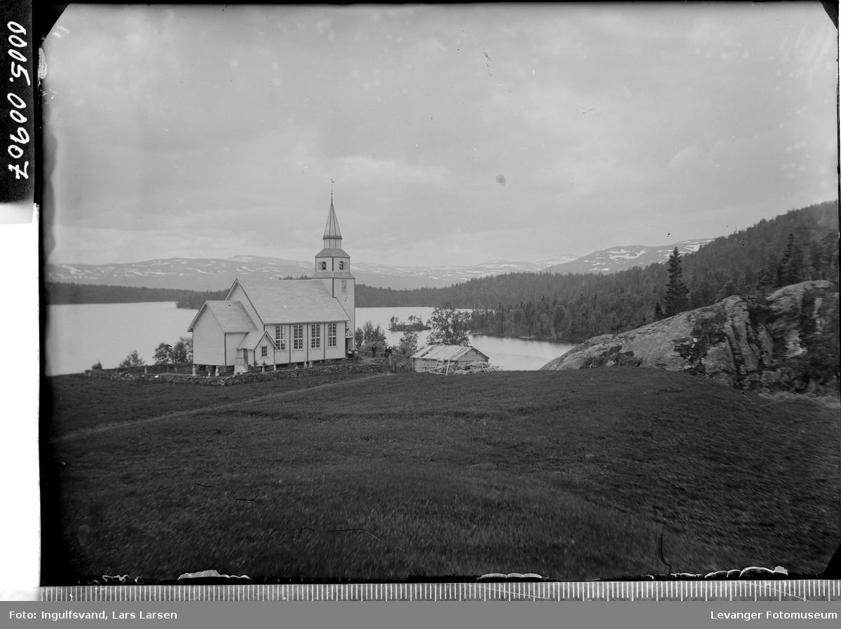 En kirke ved en innsjø.