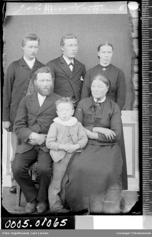 Gruppebilde av tre menn, to kvinner og en gutt.