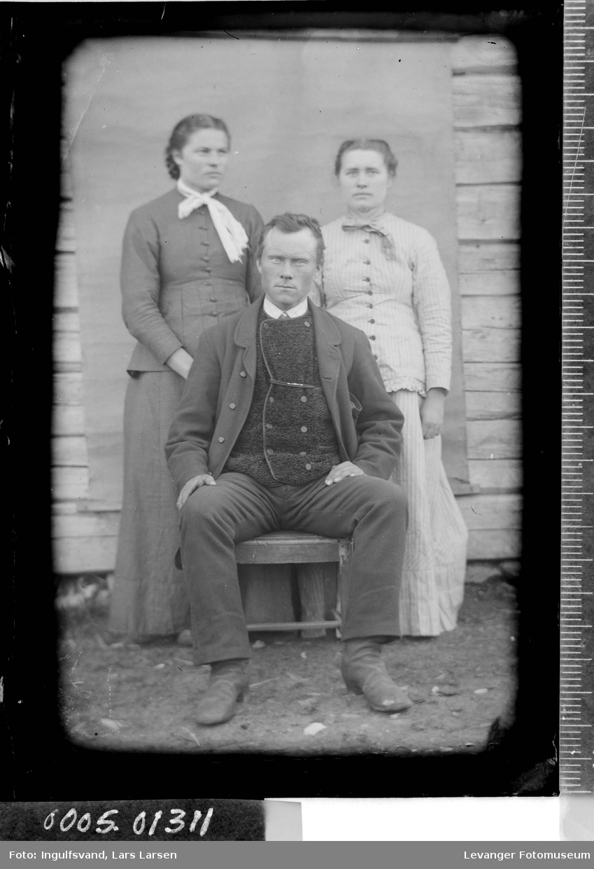 Gruppebilde av en mann og to kvinner.