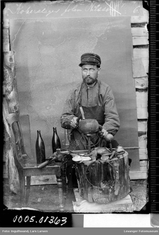 Portrett av en kobberslager med redskaper.