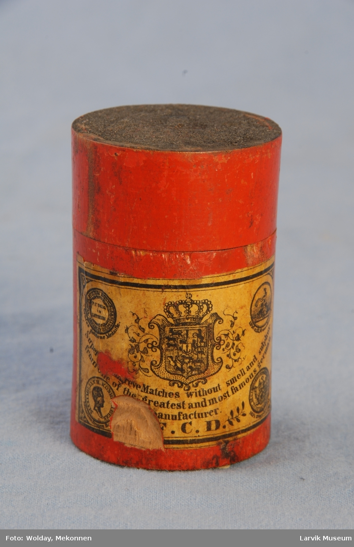 Form: sylinderformet. lokk med svovel på oversiden