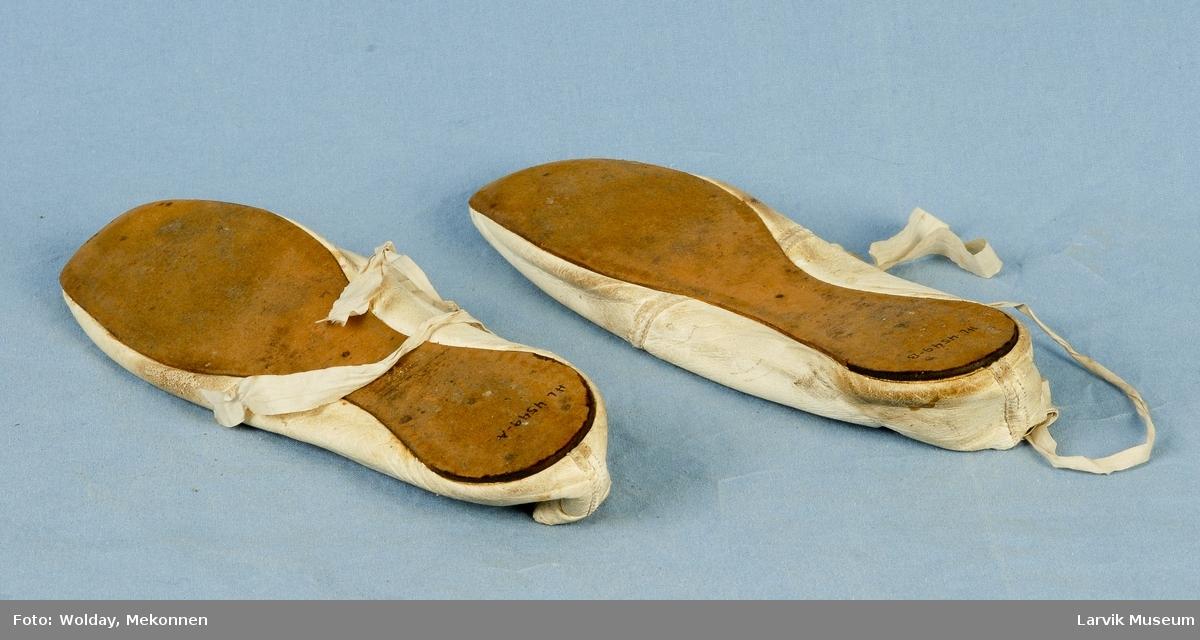 Form: Helt flate sko med silkebånd til å knytte rundt ankelen.
