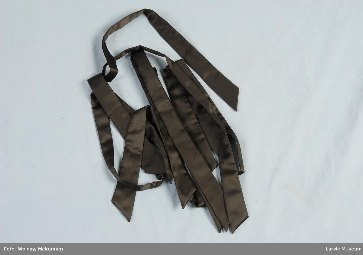 """Form: Lange """"bånd"""" som slips men skrå den ene veien i begge ender."""