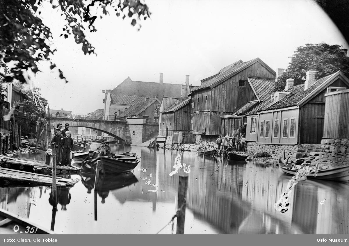 elv, brygger, robåter, mennesker, trehusbebyggelse, Vaterlands bro ovenfra