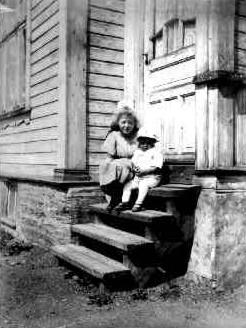 Lite album med bilder, bl. a. fra Lønnquists hus i Munkelia, Bøle, Thomassens gutter, 17. mai i Skien, bypartier, Oslo, tog i Skien vedr. brennevinsavstemming (?)