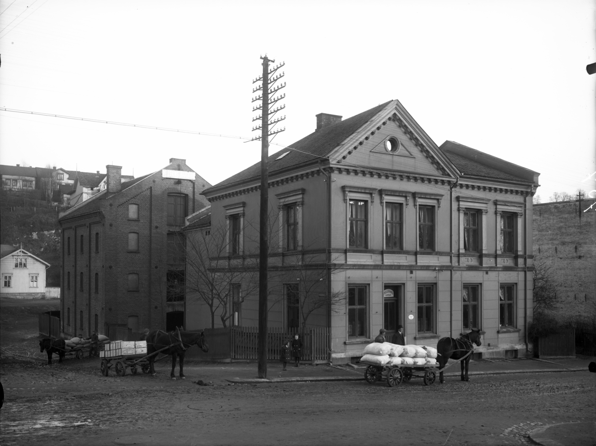 Grosserer Carl S. Larsens bygg i Kverndalsgaten. Se Borschsenius, J.: Norges Handel, Industri og Sjøfart i Tekst og Billeder. Bratsberg amt. Kra. 1913.