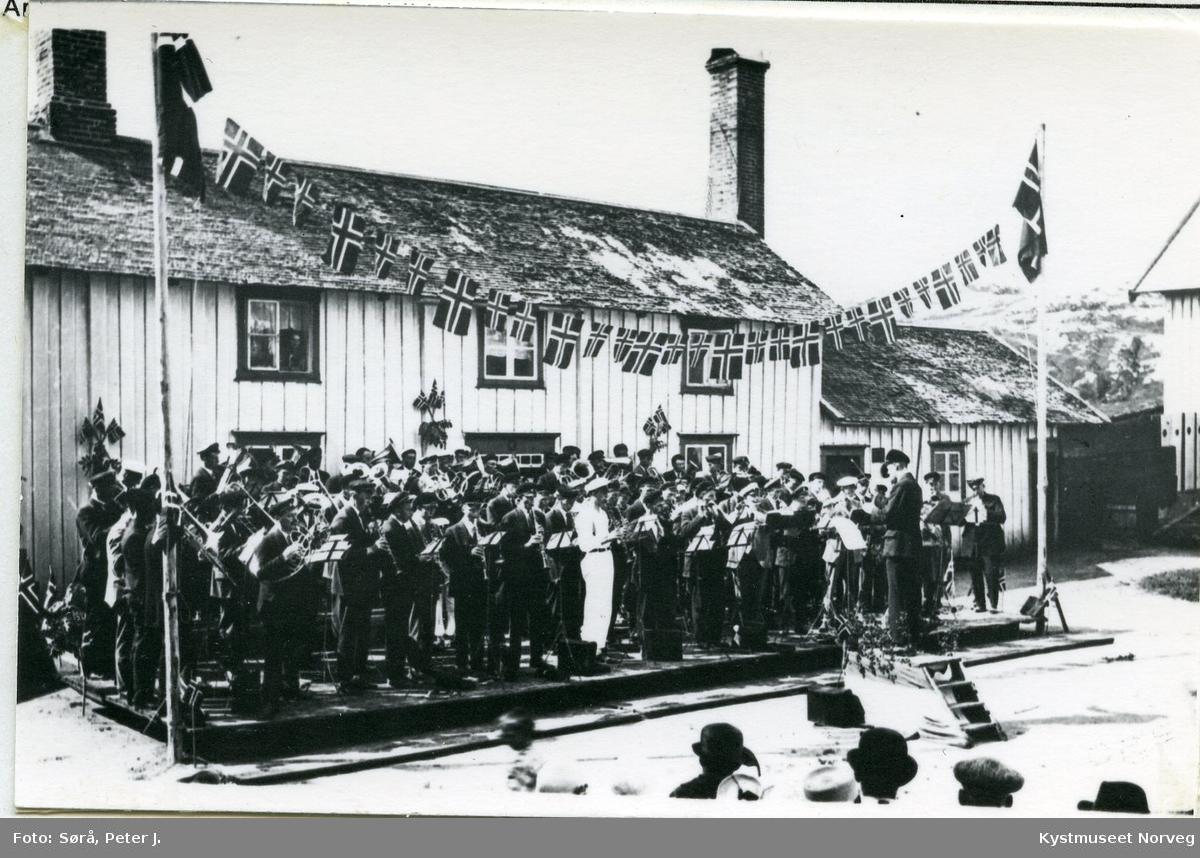 Rørvik, musikkstevne utenfor Borgstua ved Berggården