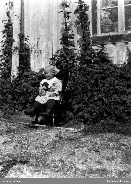 Lita jente i hagen på Villa.