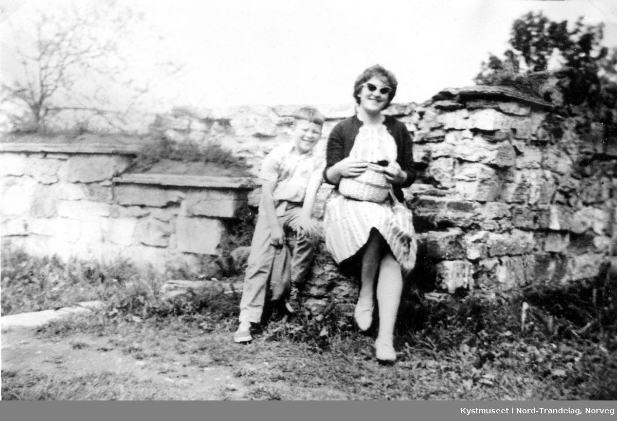 Ukjent kvinne og gutt ved Domkirkeruinene på Hamar
