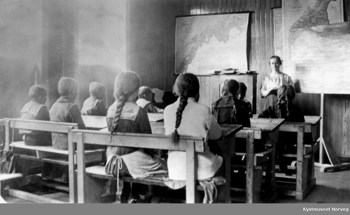 Torstad Skole i Nærøy. Lærer Vida Otterbekk Fjær