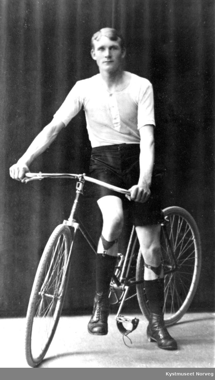 Ung ukjent gutt på sykkel