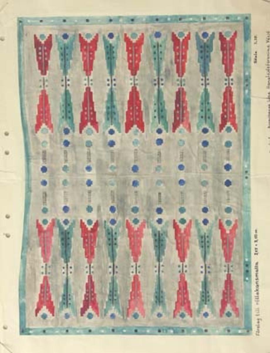 Ett förslag till rölakansmatta 2,55 x 3,50 m. Skisstorlek ca 25 x 35 cm, skala 1:10. Troligen är den tänkt som kyrklig textil då skissen förvarats bland övriga kyrkliga skisser.BAKGRUNDHemslöjden i Kronobergs län är en ideell förening bildad 1990. Den ideella föreningen ersatte Kronobergs läns hemslöjdsförening bildad 1915.Kronobergs läns hemslöjdsförening hade butiksverksamhet och en vävateljé med anställda väverskor och formgivare där man vävde på beställning till offentliga miljöer, privatpersoner och till olika utställningar.Hemslöjden i Kronobergs län har idag ett arkiv med drygt 3000 föremål, mönster och skisser från verksamheten och från länet. 1950-talet var de stora beställningarnas tid och många skisser och mattor till kyrkorna kom till under detta årtionde.