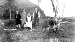Alvilde Andreasdatter Johansen og tre av barna, Anna Johanse