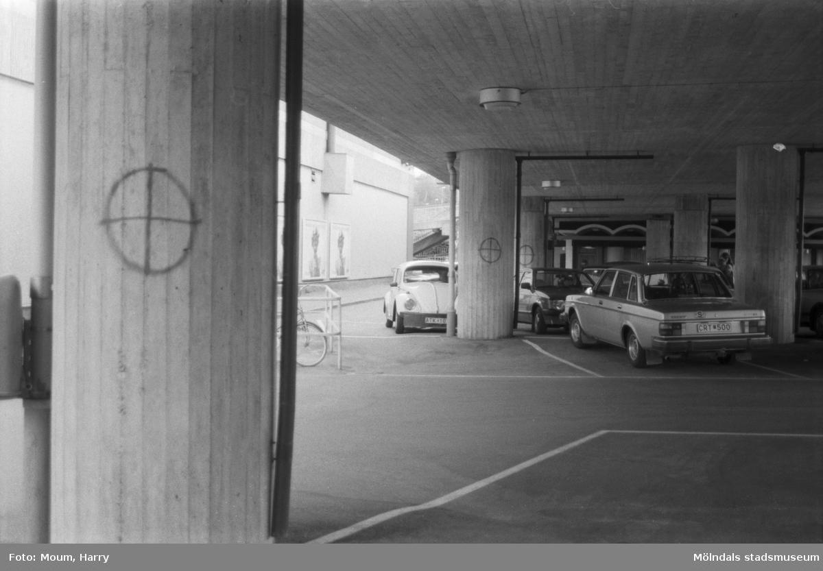 Politiskt klotter under Broslättsgatan i Mölndal, år 1984. Fotografi taget av Harry Moum, HUM, Mölndals-Posten.
