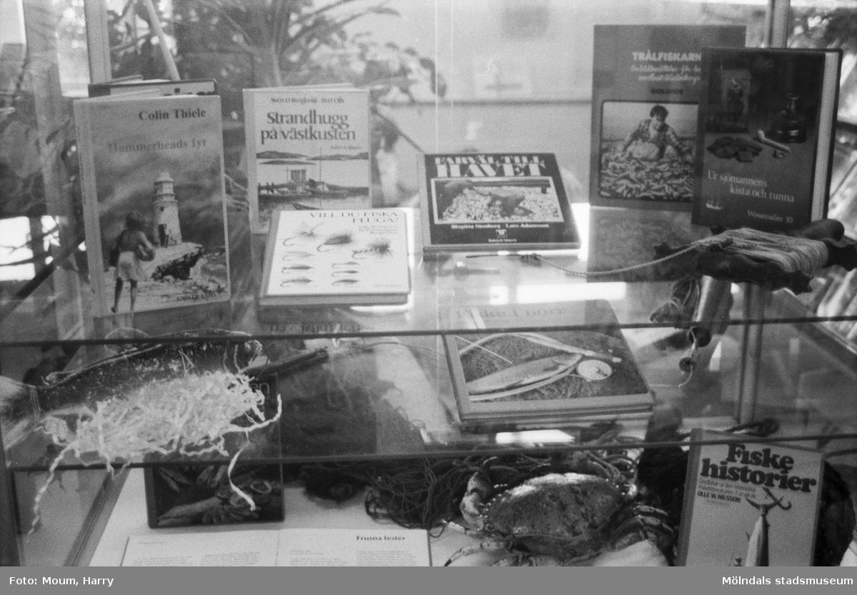Utställningen KUST på Lindome bibliotek, år 1984.  För mer information om bilden se under tilläggsinformation.