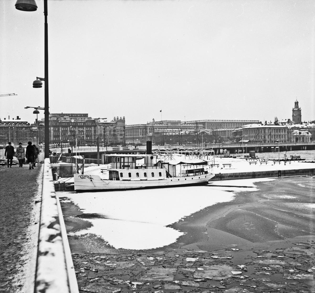 Fartyg: EJDERN                         Bredd över allt 4,49 meter Längd över allt 22,39 meter Reg. Nr.: 2136 Rederi: Museiföreningen Ångfartyget Ejdern Byggår: 1880 Varv: Götaverken, Göteborgs MV