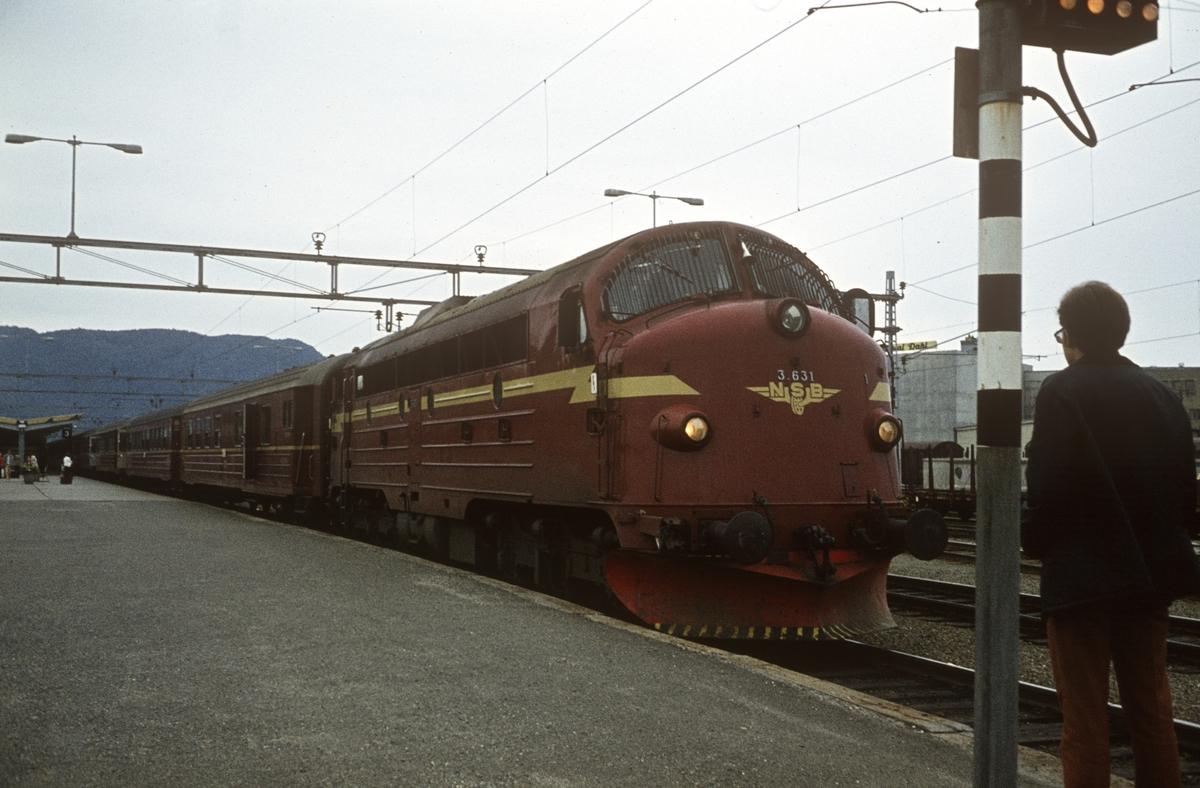 Dagtoget til Bodø på Trondheim stasjon. Diesellok tye Di 3 nr. 631.