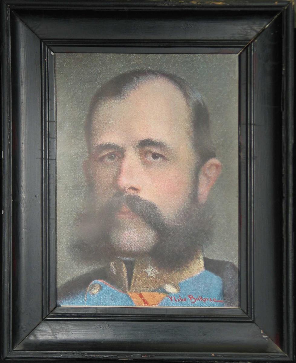 Portrett av mann i moden alder. Blå uniform, svart skjegg.