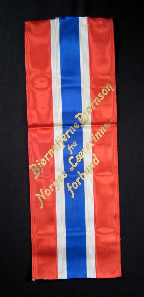 Silkesløyfe i rødt, hvitt og blått.