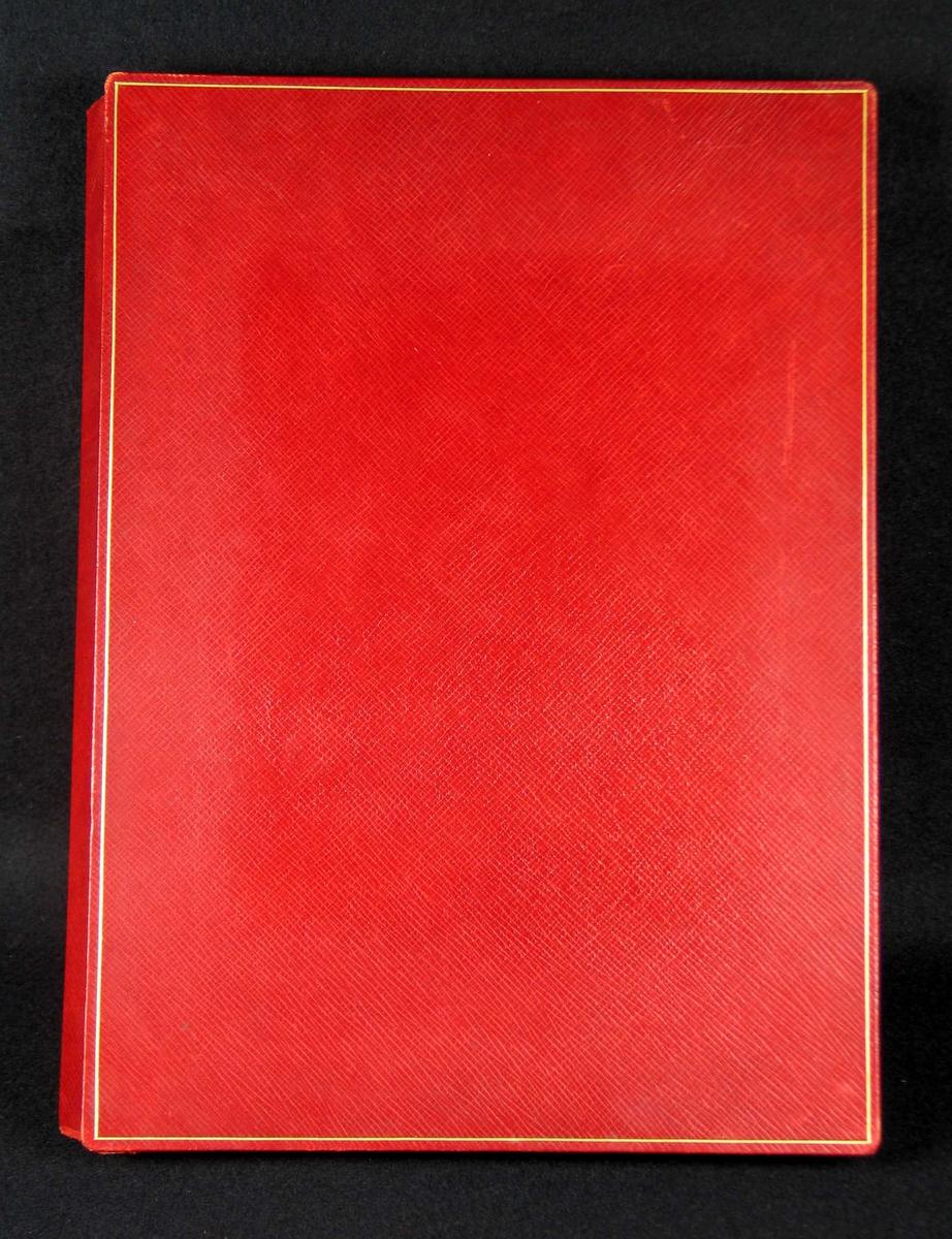 Rød skinntrukket eske med gullkant. Innvendig hvit. Dette er trolig nederste del. Esken kan ha tilhørt en adresse.